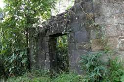 Bức tường đá của Am Dược Ngự. Ảnh: Lê Anh Dũng.