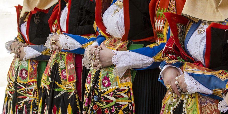 La lingua sarda ascoltata dalle voci degli abitanti locali viaggiando in camper