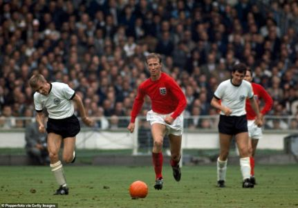 30641850-8512493-A_superb_defender_Charlton_is_seen_on_the_ball_during_England_s_-a-2_1594457672851
