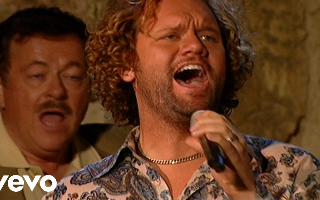 Bill & Gloria Gaither – It Is Well With My Soul [Live] ft. Guy Penrod, David Phelps