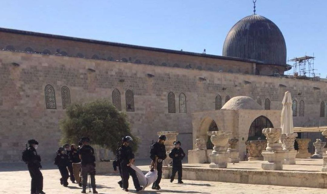 Three policemen were injured in clashes with Palestinians on the Temple Mount