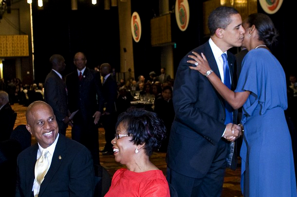 FIRST BLACK BELIZE PRIME MINISTER DEAN BARROW SMILES AS PRESIDENT OBAMA GIVES HIS WIFE THE FIRST BLACK FIRST LADY OF BELIZE,SIMPLIS BARROW A KISS!