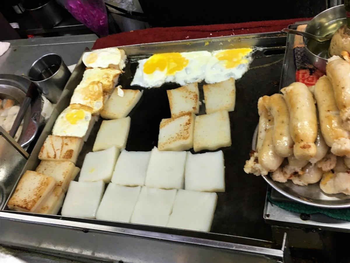 【台中遊記】第二市場的古早味早餐 (王菜頭粿糯米腸加蛋) + 六角樓上看風景!