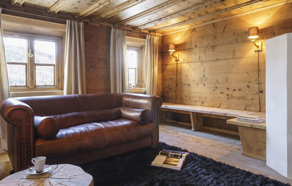 Sia per chi vuole continuare a sognare, che per quelli che devono trovare idee per realizzare il sogno, in questo libro delle idee vedremo 16 case in legno frutto del lavoro dei nostri architetti. Pontresina Manor Yhom