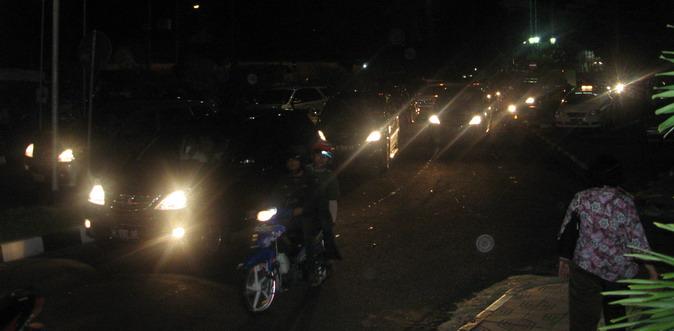 Malam, padat, merayap, di depan stasiun Tugu, Yogyakarta