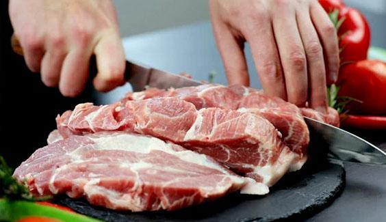 WHO khuyến cáo 3 việc quan trọng khi đi chợ, nấu ăn để tránh COVID-19 khong dung chung dao thot thuc pham chin va song