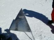 Мемориал на Восточной вершине Эльбруса войнам Советчкой Армии, снявшим фашистский флаг с обеих вершин Эльбруса зимой 1943 года