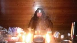 Температура внутри приюта колебалась от минус 15 до минус 6. Приём пищи был похож на поход в баню