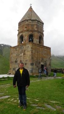 Владимир Илларионов у церкви Святой Троицы в Степанцминда