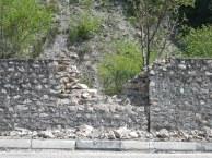 Результат попадания кумулятивного камня в бутовую стену