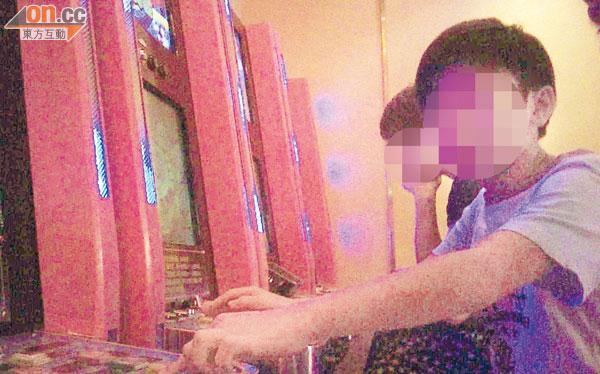 十二歲小六學生賢仔向記者教授老虎機玩法。