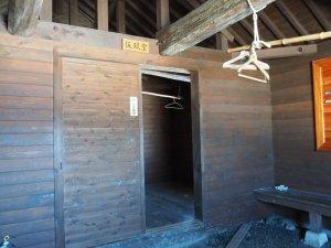 避難小屋の中