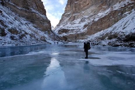 透明な氷の上を往く