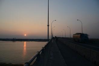 長大な橋と夕日