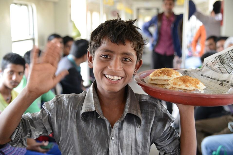 列車内でバパピタを売る少年