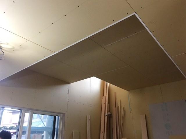 天井に変化をつけたリビング空間1