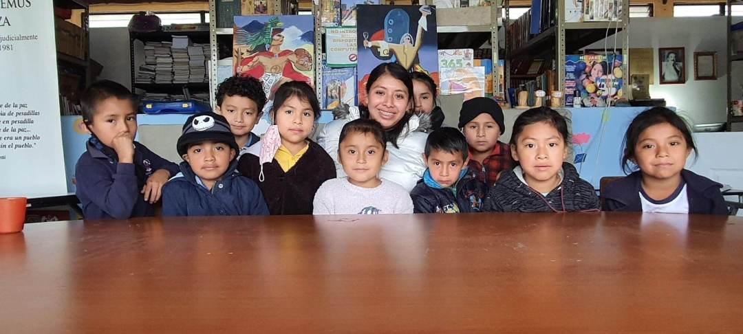 """Grupo de niños de primero primaria de """"Nuestra Escuela""""."""