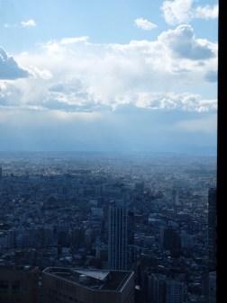 Derrière les nuages à gauche est le Mont Fuji