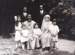 La familia de Hazrat Inayat, Nora es la primera a la izquierda.