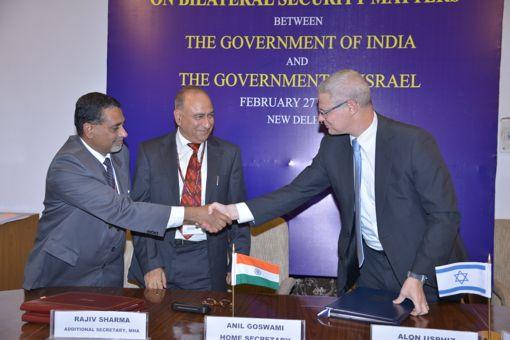 השגרירי אושפיז ושני הפקידים הבכירים ביותר של משרד הפנים ההודי לאחר שחתמו על ההסכמים לשיתוף-פעולה בבטחון פנים, ינואר 2014