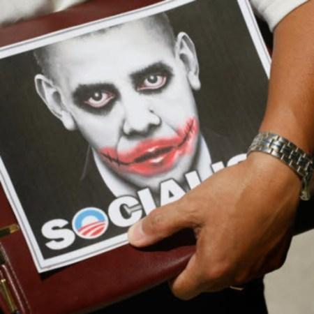 אובמה המאואיסט, אובמה הסוציאליסט. כרזות שנפוצו באמריקה בימי-זוהרה של תנועת ׳מסיבת התה׳, במערכת הבחירות של 2010
