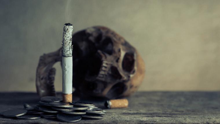 火のついたタバコの奥に頭蓋骨