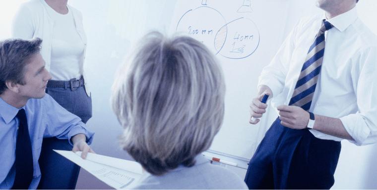 健康経営について語り合う中小企業の社員のイメージ