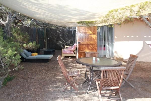 Terraza con sofás y mesa