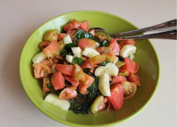 tomate pepino albahaca ensalada