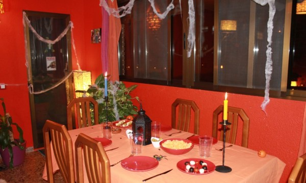 telarañas velas y luz tenue para halloween