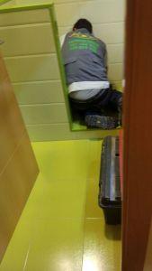 El fontanero trabajando en el hueco del escaloncito de mi baño