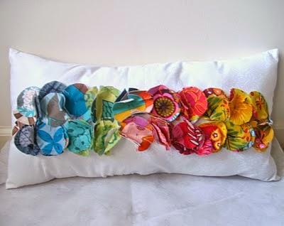 cómo decorar cojines con círculos de tela de colores