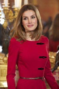 reina letizia con corte princesa al hombro