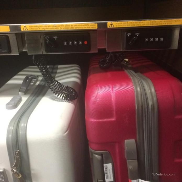 Lockers numéricos gratuitos para valijas en el Narita Express. No los recomiendo.