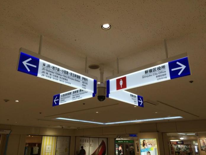 Señalética en japonés e inglés en las estaciones de trenes de Japón