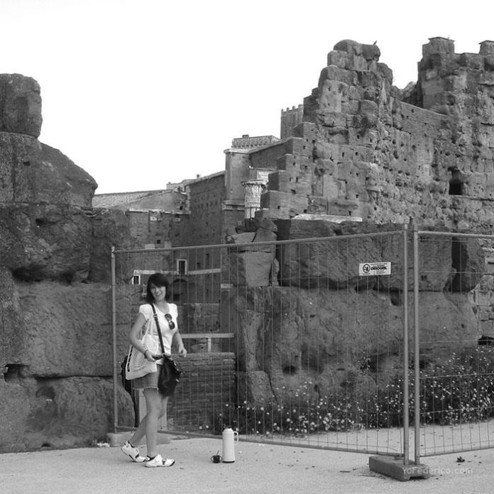 El mate atento a las ruinas romanas