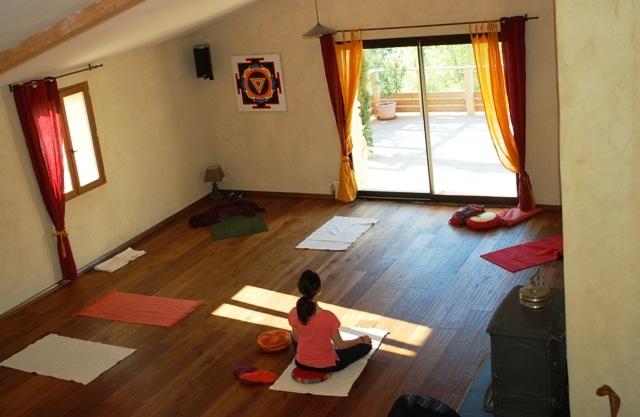 retraite de yoga à anakhyashram ashram de yoga en provence