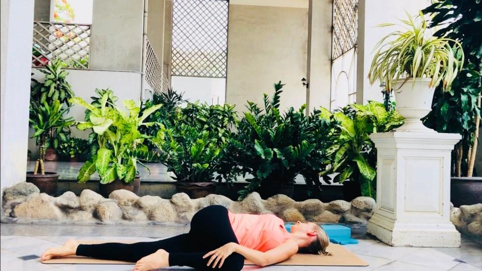 posture-yoga-pour-se-detendre-torsion-allongee