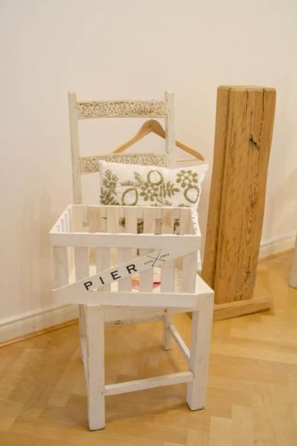 Die Ankleide mit dem Detailblick auf den Stuhl und die Standuhr - (c) yoga privé