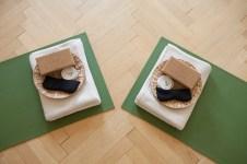 Zwei zusammengestellte Yogamatten auf dem Parkett - (c) yoga privé