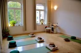 Der Yogaraum mit Blick vom Empfangsbereich zur Fensterfront - (c) yoga privé
