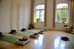Der Yogaraum mit Blick von der Ankleide zur Fensterfront - (c) yoga privé