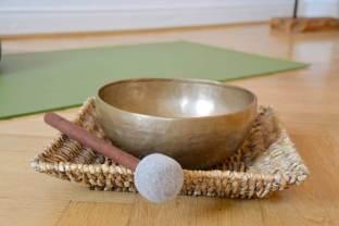 Der Yogaraum mit dem Detailblick auf die Klangschale - (c) yoga privé