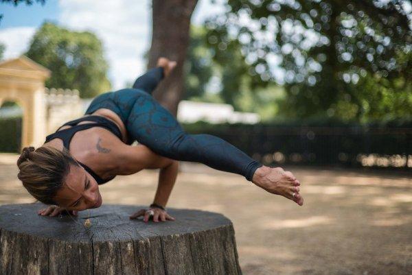 femme posture yoga yogaanyway
