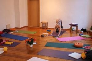 Die Yogakurse mit Dr. med Wiebke Mohme von Yoga & Cure in Berlin Prenzlauer Berg sind ein ganz besonderer Genuss. Diese Yogakurse sind sowohl für Anfänger, als auch für Fortgeschrittene im Bereich Yoga geeignet. Wiebke vermittelt ihr Wissen liebevoll und gleichzeitig effektiv. Hier triffst Du auf einen spirituellen Menschen, der gleichzeitig tiefgründig und fundiert arbeitet!
