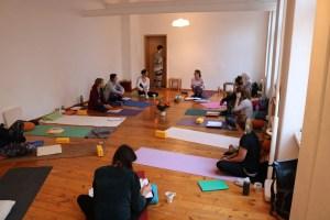 Yoga Ausbildung in Berlin mit Dr. med. Wiebke Mohme. Die Yoga Teilnehmerinnen in der Pause.