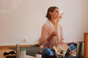 Yogalehrer Fortbildung & Yoga Fortbildung. Anatomie & Körperwissen für Yogalehrerinnen & Yogalehrer - mit Dr. med. Wiebke Mohme. Dr. Mohme ist Top Expertin in Sachen Yoga, Körper, Medizin & Ayurveda!