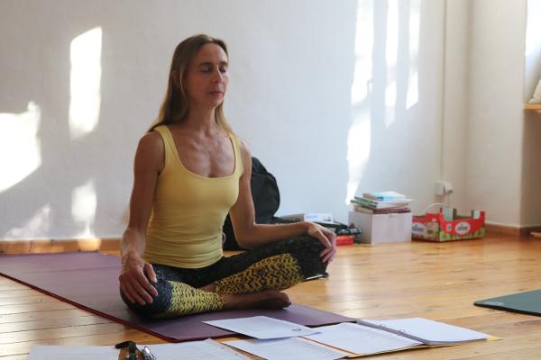 Bandhas sind ein wesentlicher Schlüssel der Energiearbeit im Yoga. Sie unterstützen also nicht nur Deine körperliche Fitness, sondern auch die Versorgung Deines Körpers mit Energie. Wenn Du Bandhas in Deine Yoga Übungen einbeziehst, unterstützt Du Deinen Körper auf vielfältige Art und Weise. Bandhas tragen direkt sowohl zu mehr Körpergefühl, als auch zu mehr Gesundheit bei.