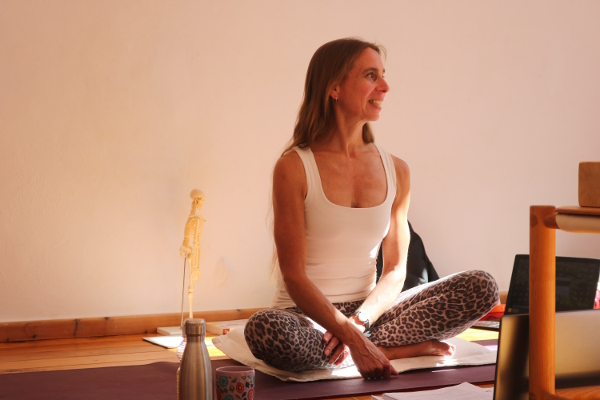Dr. med. Wiebke Mohme. Ausbildungsleiterin DER Yogaausbildung in Berlin. Lehrvideos Yoga live aus der Yogalehrer Ausbildung von Yoga & Cure.