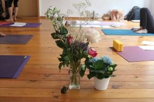 Hier der Yogaraum bei Yoga & Cure. Dieses Yoga Ausbildungs Institut bietet Fortbildungen für Yogalehrer & Yogalehrerinnen in Anatomie & Körperwissen an. Sämtliche Ausbildungen und Fortbildungen sind ganzheitlich und medizinisch fundiert. Die Leiterin ist Fachärztin für Allgemeinmedizin.
